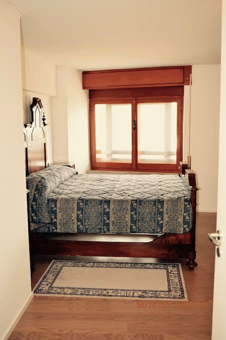 Camera con letto matrimoniale + letto  per bambino.