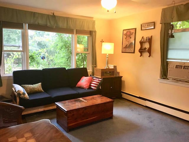 Small Space for 1 - 3 Guests. Transit available!