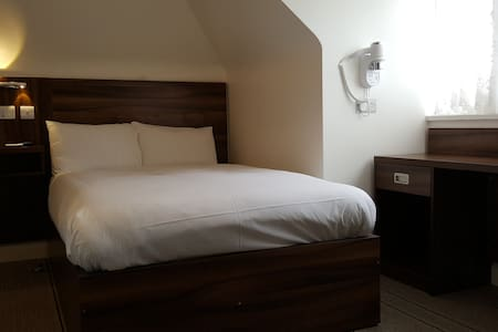 Sutton house - Brand new Ensuit room with parking - Slough