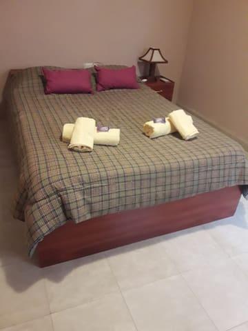 Habitación con cama matrimonial, placard y aire acondicionado