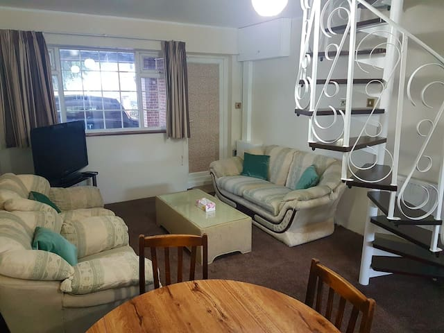 1 Bed Flat, Free travel to Heathrow. Paid Parking