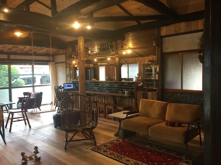 夫婦二人三脚、祖父の家をセルフリノベーションした駒ヶ根市の小さな宿(食事無し)