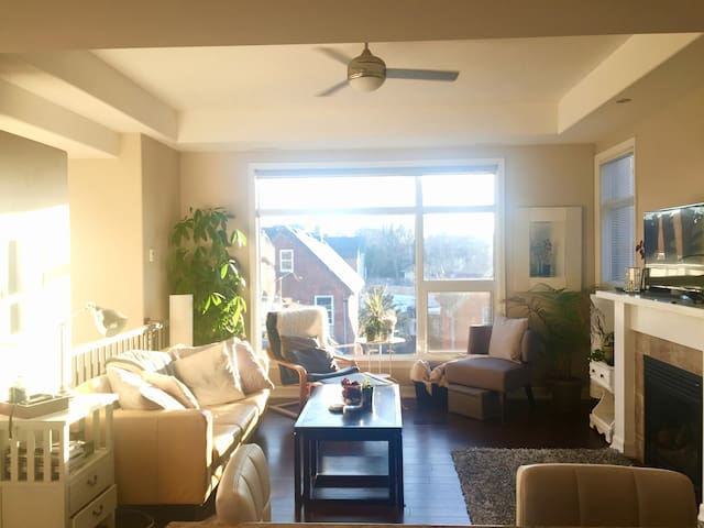 Bright and spacious room in Centertown!