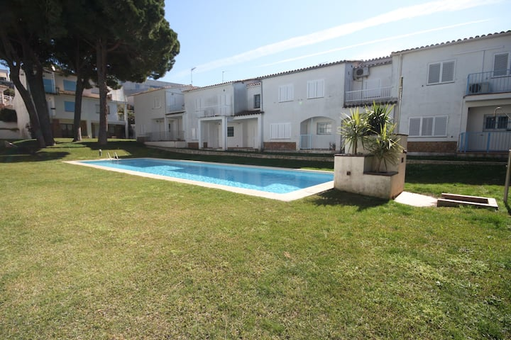 Flora, accomodation with shared pool. Free wifi.