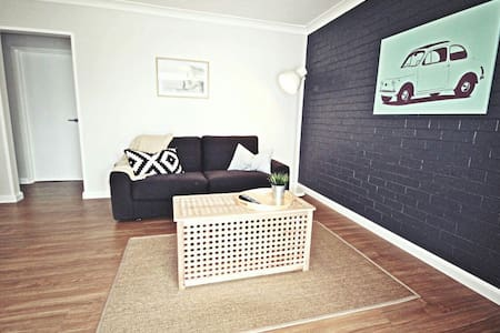 Luxe North Beach: Sunlit 2BR - North Wollongong - Huoneisto