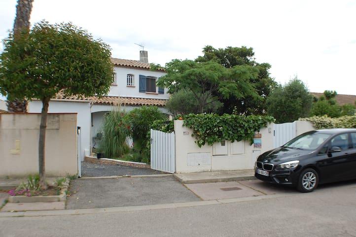 Villa climatis e avec piscine et jardin arbor e houses for Piscine mauguio