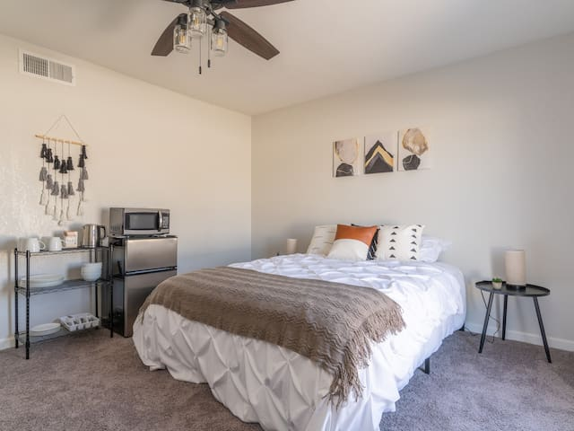 Gorgeous guest suite close to shops & dining areas