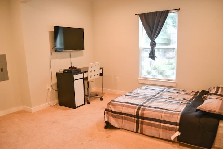 Large private bedroom in the heart of Oak Cliff