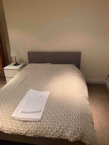Comfy, Modern & Clean Large Double Room with WiFi