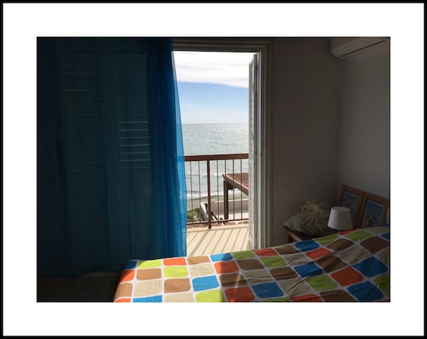 House 10m from the SEA!! Sea view house, sleeps 6!