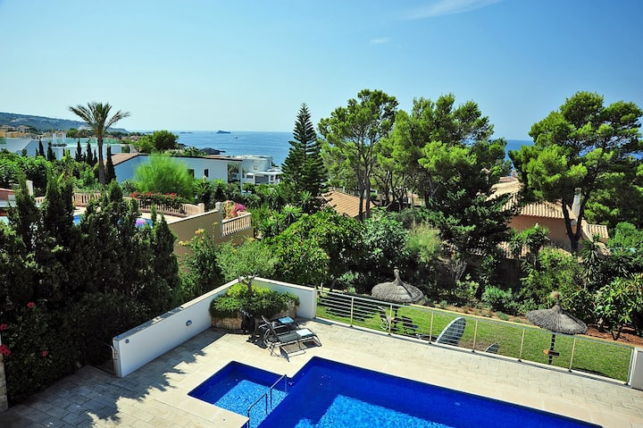 2550 Stunning villa located in Nova Santa Ponsa
