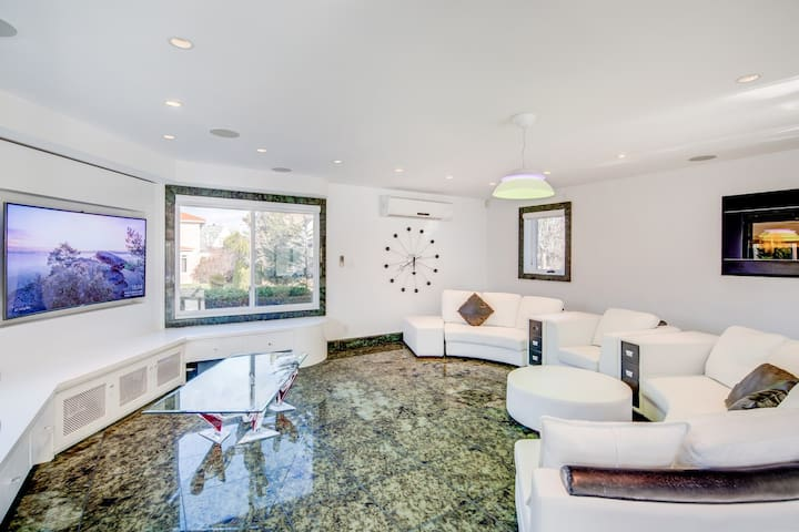 Upscale Mansion 17 Min from MID-TOWN Manhattan