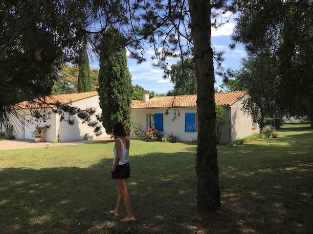 Chambre confortable dans jolie villa avec piscine