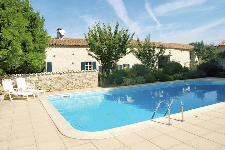 Wonderfully quiet, charming house with large private swimming pool in Saint-Macoux