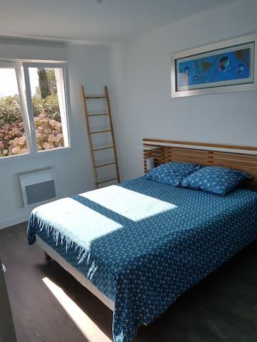 Chambre 1 au RDC avec lit 160×200 et grand placard