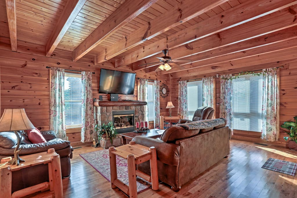 Your vacation begins the moment you walk into this earthy and cozy cabin.