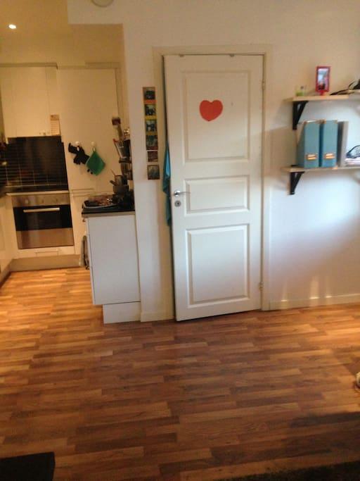 Kjøkken og inngang til soverom
