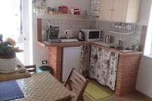 Piccola cucina separata dalla camera con ingesso indipendente,sempre  disponibile,dov'è  possibile cucinare piccole cose, e prepararsi la colazione il mattino.