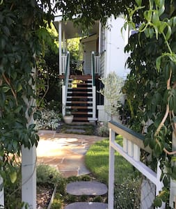 Sweet furnished Garden Unit. Walk 2 UQ & city bus.