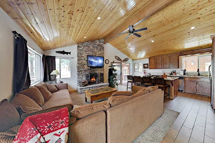 Luxe Lagonita Point Cabin w/ Hot Tub & Guest House