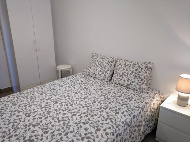 Room near Airport & Fira
