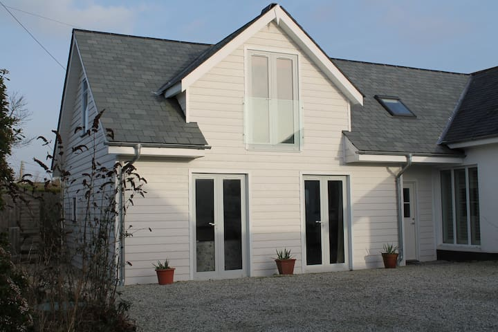 Spacious & Contemporary Cottage - Saint Minver