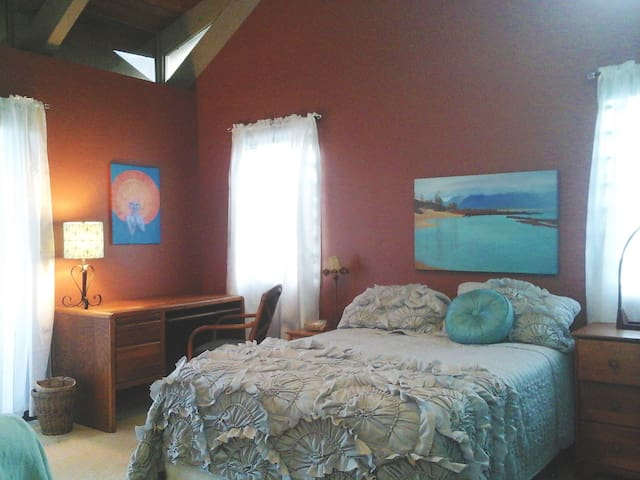 Gratitude Room at Hale Kaha Ki'i (Art House) - Makawao - บ้าน