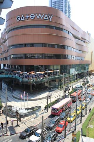 10 minutes to Gateway shopping mall at BTS Ekkamai