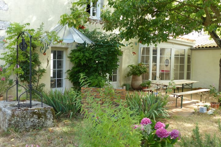 Room in village house close to La Rochelle - Marsilly - Casa