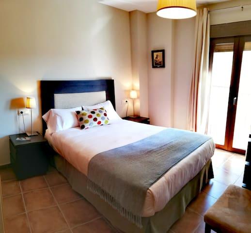 Dormitorio n°1 : Dormitorio en la planta principal, cama de matrimonio de 135 cm, balcón a la calle, cómoda y armario empotrado,  baño privado con amplia ducha, toallero radiador, suelo radiante.