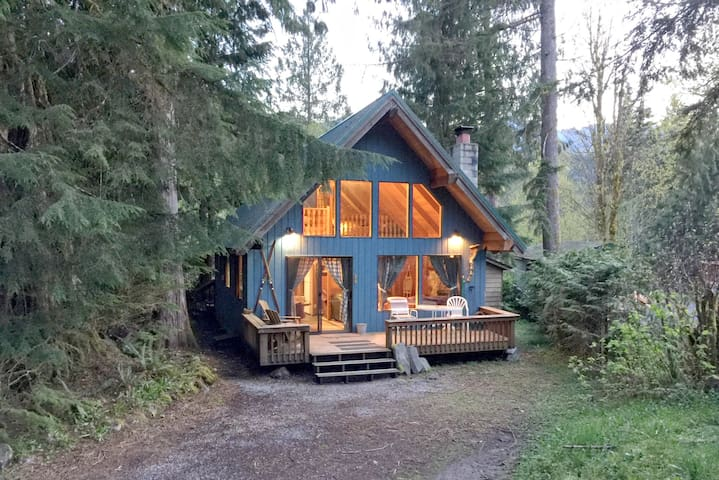 #53 - A Cozy Cabin with a Hot Tub - Glacier - House