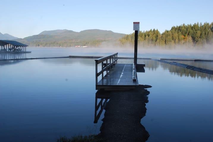 Sproat Lake 3 bedroom 5 min walk to the lake dock