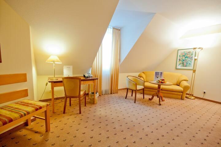 """Parkhotel Altmühltal GmbH & Co. KG (Gunzenhausen), Suite """"Rothsee"""" mit kostenfreiem WLAN und separatem Wohnzimmer"""