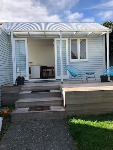 Cute Wadestown cottage with private deck.