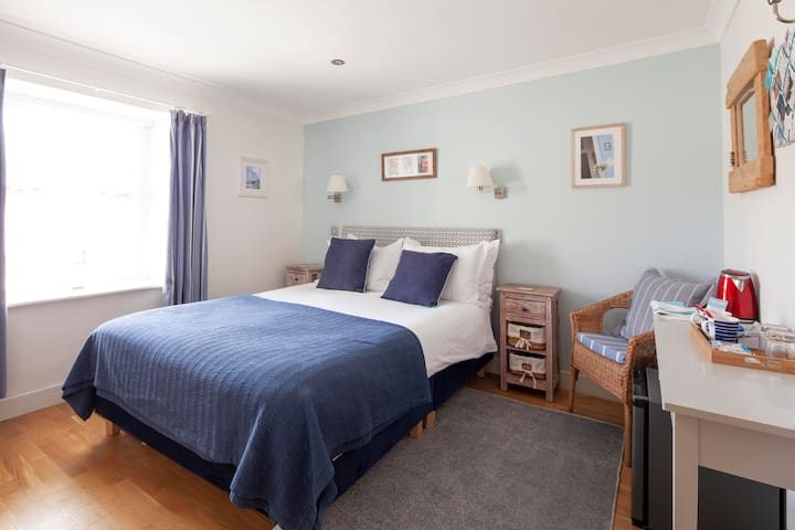 Saltcellar - ensuite double B&B room in Porthleven