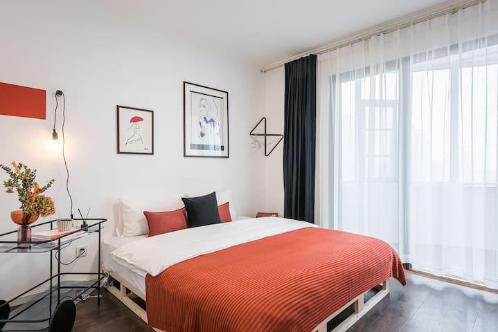 卧室一:1.8米大床+超棒采光