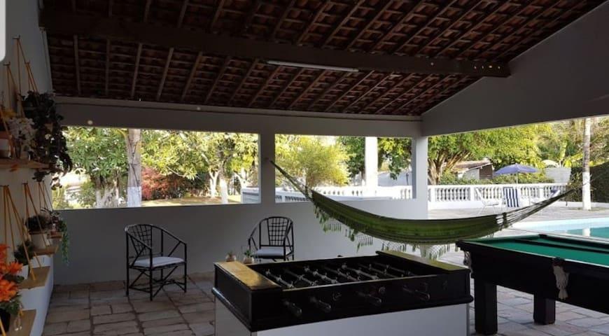 Casa aconchegante com área verde para descanso