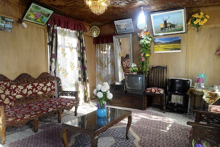 New Retreet Houseboat - Srinagar - Bed & Breakfast