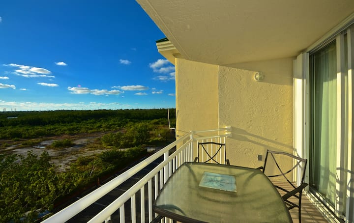 Watch sunsets from your deck! Shared pool/hot tub! Perfect for the whole family!