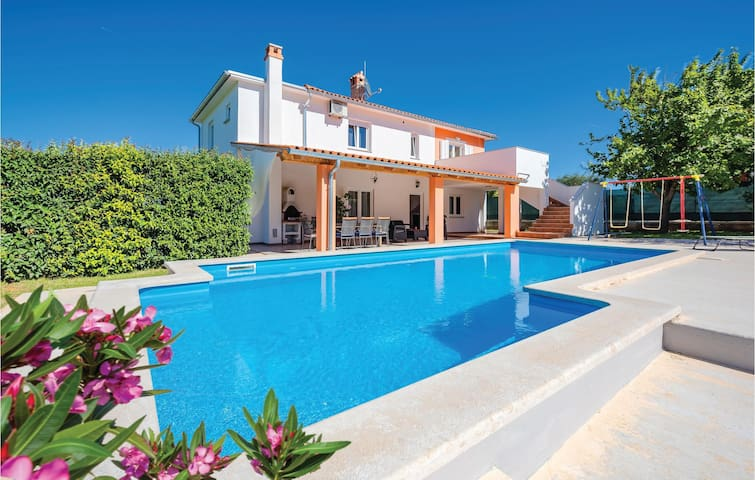 Awesome home in Frkeci with WiFi and 4 Bedrooms