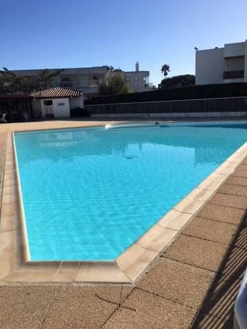 F2 A 100 mètre de la mer dans résidence avec piscine