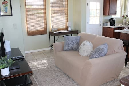 Perfection! Beautiful 1 Bd right in Lahaina Town