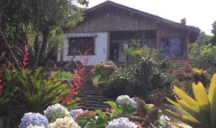 Casa aconchegante em sítio em meio à natureza