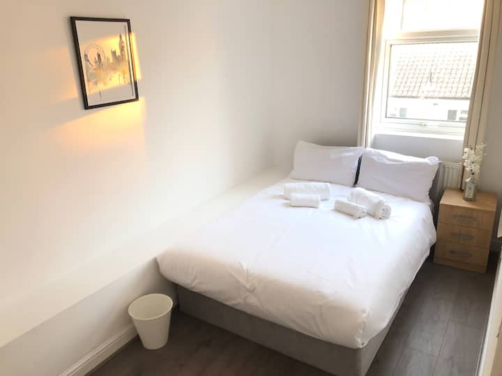 (Room A) Beautiful cosy Double Bedroom Euston