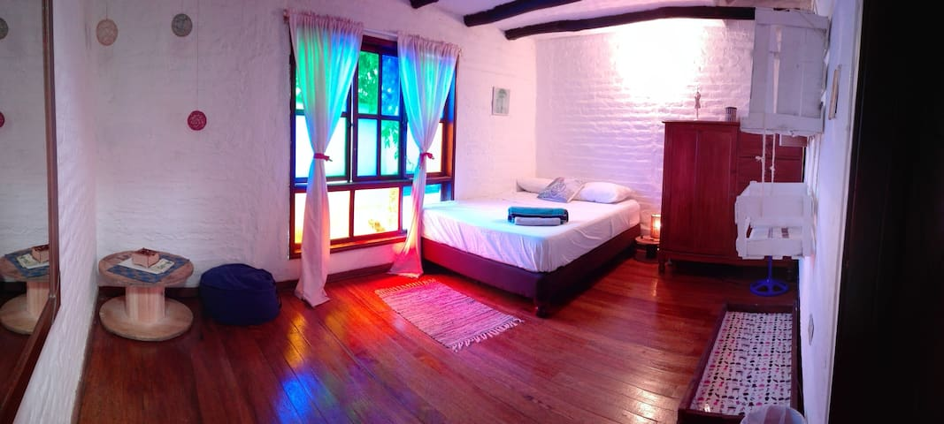 Large tranquil airy  double room  San Antonio - Cali - House