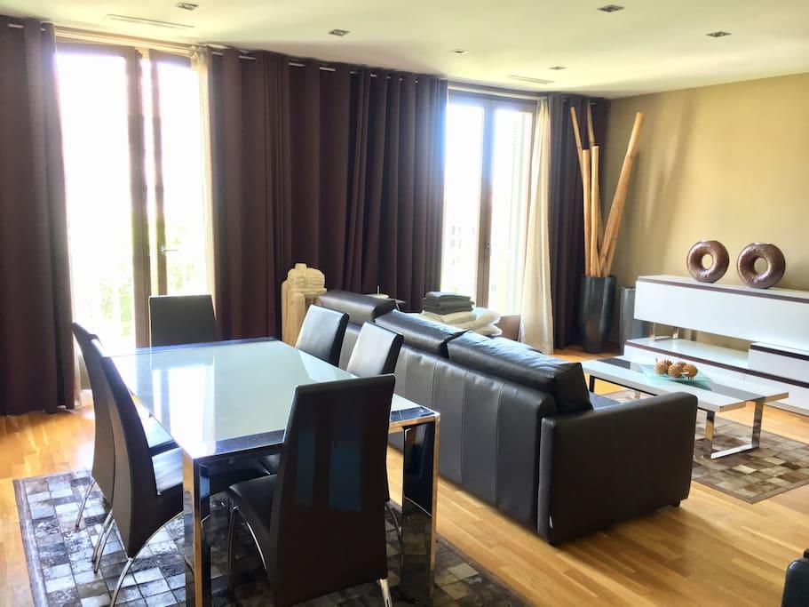 Living/dining room facing Paseo de Gracia
