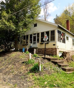 Beautiful cottage one block to lake - Conneaut lake
