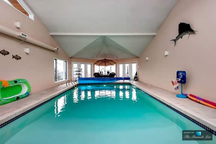 All-Season Pool/8 Beds/Sauna/HotTub/10AcreLakeview