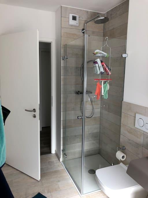 Large bathroom with shower and bathtub / großes Badezimmer mit Dusche und Badewanne