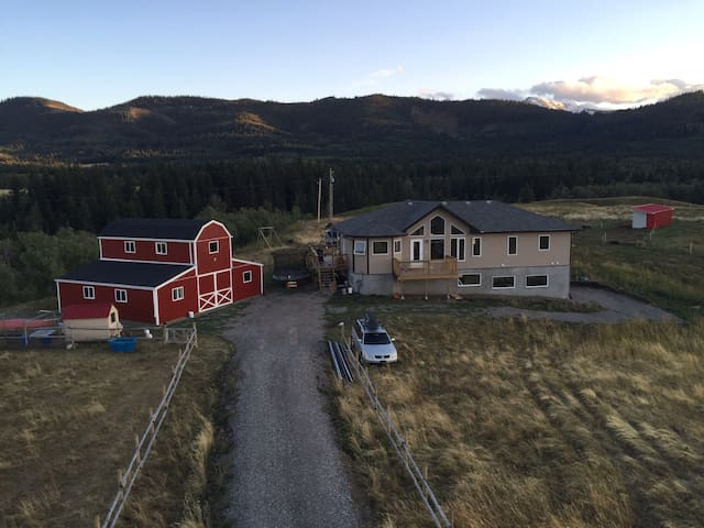 Self-contained suite in foothills - Pincher creek - House